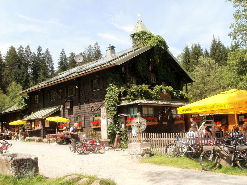Beliebtes Ausflugsziel für Wanderer und Radfahrer ist die Trifterklause Schwellhäusl mit Biergarten
