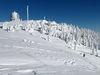 Wintertraum auf dem Gipfel des Großen Arber mit Blick auf die Zwieseler Hütte (rechts)
