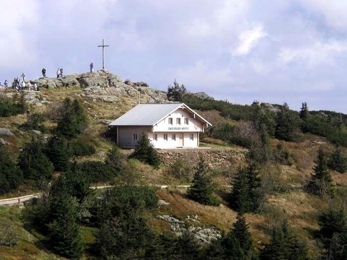 Blick auf die Zwieseler Hütte direkt am Gipfel des Großen Arber