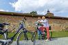Radfahrer vor der Burg Beeskow, Foto: TMB-Fotoarchiv Andreas Franke
