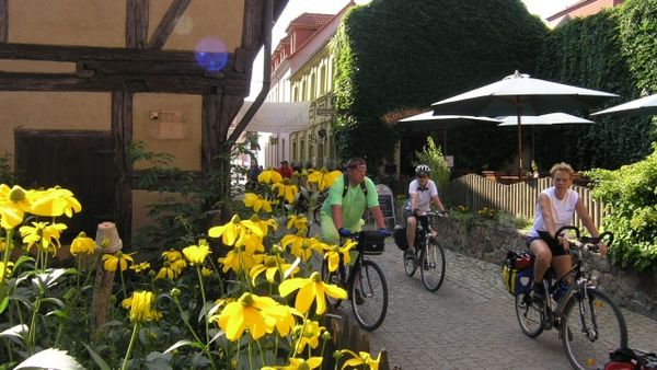 Radfahrer vor Beeskows aeltestem Haus, Foto: Tourismuszentrale Beeskow e.V.