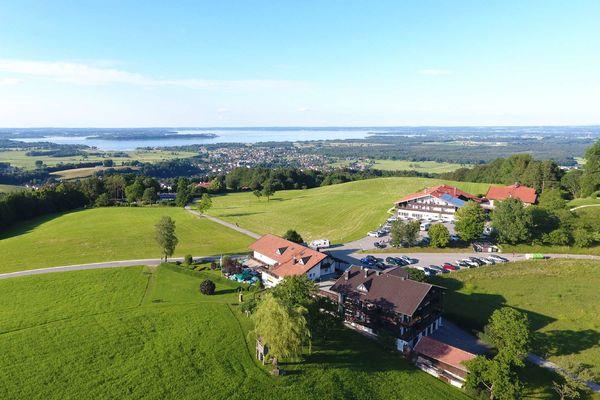 Luftaufnahme Seiserhof und Seiseralm mit Chiemseeblick