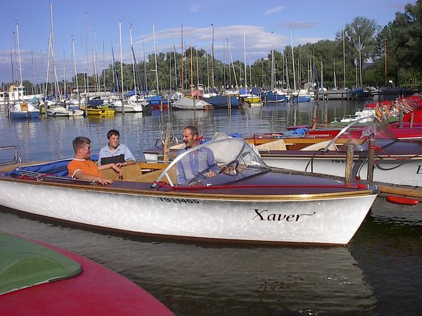 Elektroboot des Chiemsee Bootsverleihs bei der Hafeneinfahrt.