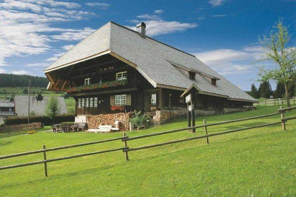 Bernau: Blick auf den Resenhof. Im über 200 Jahre alte Eindach-Hof kann man nachempfinden, wie früher Bauern gelebt und gearbeitet haben.
