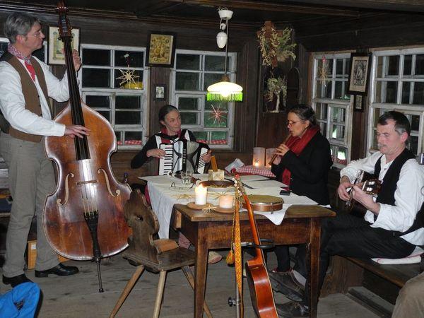 Bernau: Zur Weihnachstzeit trifft man sich in der Stube des Resenhofs zur Stubenmusik.
