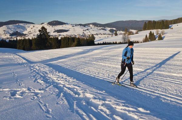 Wintersportort Bernau im südlichen Schwarzwald: Langlaufen mit Hochtal-Panorama