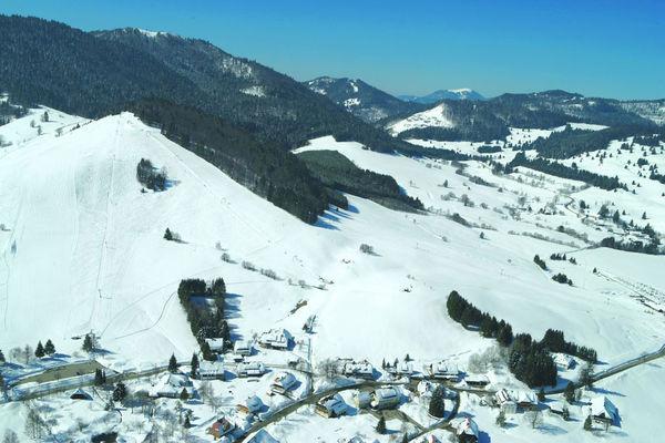 Blick auf das Skigebiet Köpfle und Spitzenberg von Bernau. Sie liegen beim Ortsteil Innerlehen.