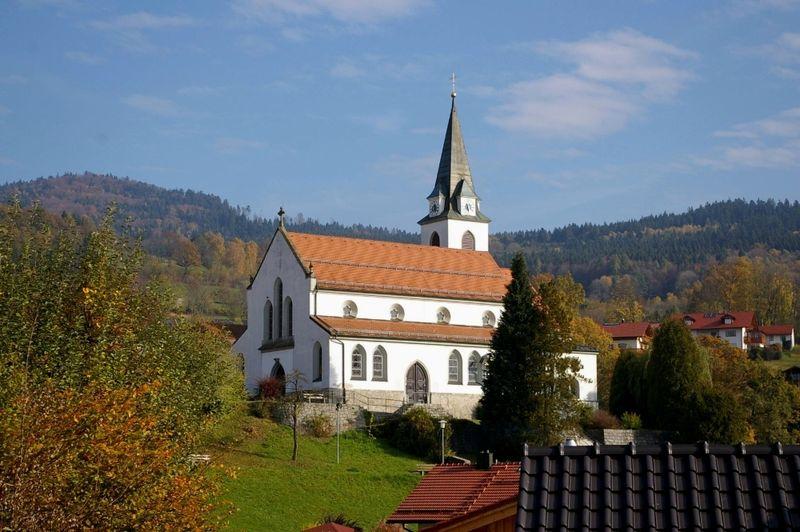 Blick auf die katholische Pfarrkirche in Bernried im Bayerischen Wald