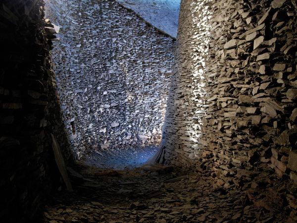 imposante Schieferwand im Schieferbau Nuttlar