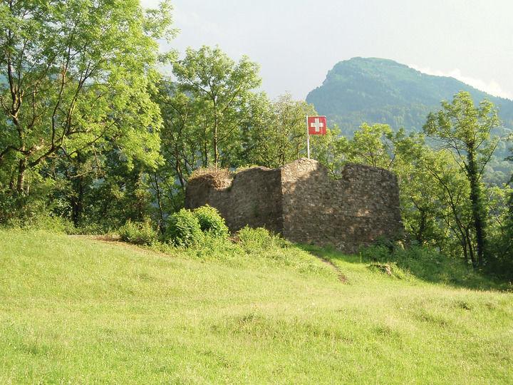 Burgruine Strahlegg aus der Distanz
