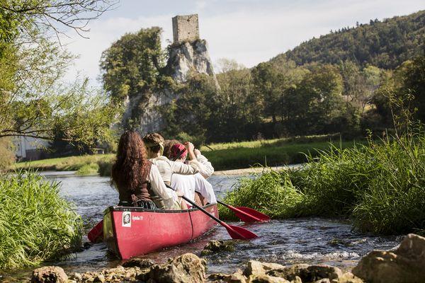 Ein Kanu auf der Donau