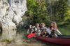 Ein Kanu, die Donau und ihre Felsen
