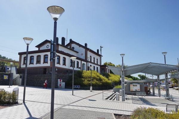 Historischer Bahnhof mit modernem Busbahnhof in Bexbach