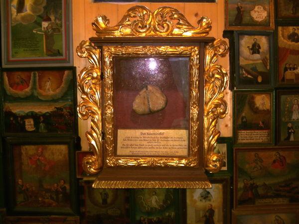 Das Käsemirakel in einem Schrein in der Holzkapelle der Wallfahrtsstätte St. Hermann bei Bischofsmais
