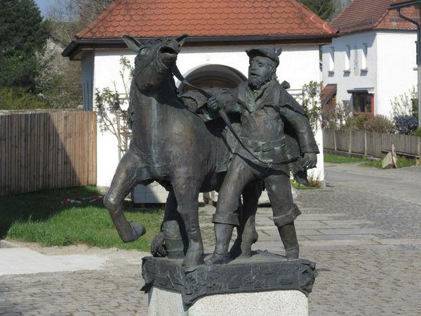 Skulptur: Säumer mit Pferd in Schiefweg