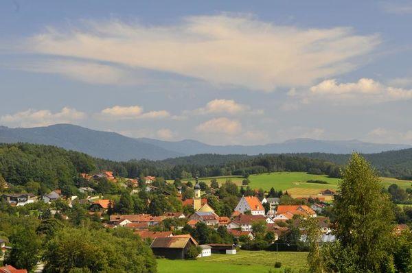 In einer reizvollen Lage, abseits vom Lärm und der Hast des Alltages liegt idyllisch im oberen Regental, in unmittelbarer Nähe des Blaibacher Sees, der anerkannte Erholungsort Blaibach mit seinen 2.100 Einwohnern.