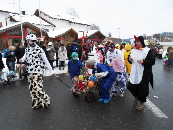 Maskierte Fußgruppen ergänzen den Blaibacher Faschingszug