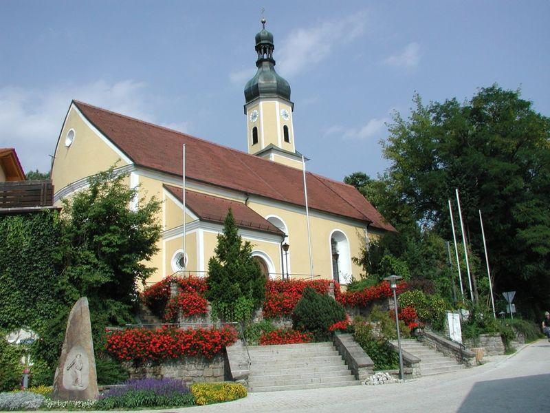 Blick auf die Pfarrkirche in Blaibach im Naturpark Oberer Bayerischer Wald