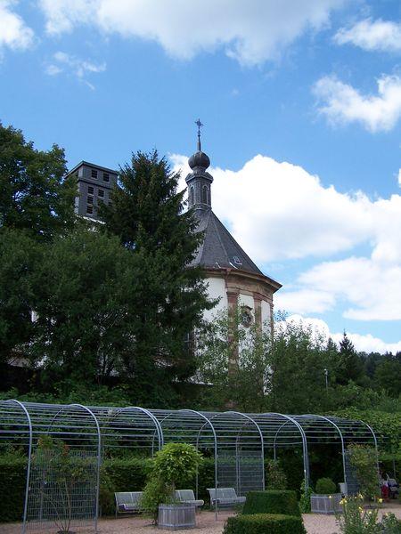 Schlosskirche mit Garten