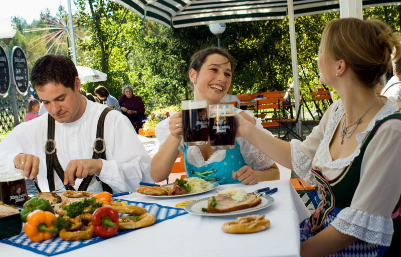 Mit Bier und Brotzeit wird man im Biergarten im JOSKA Glasparadies verwöhnt
