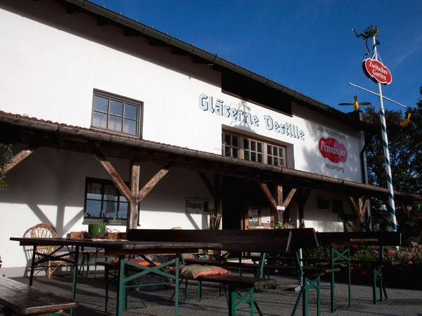Biergarten beim Penninger Schnaps-Museum Gläserne Destille in Böbrach