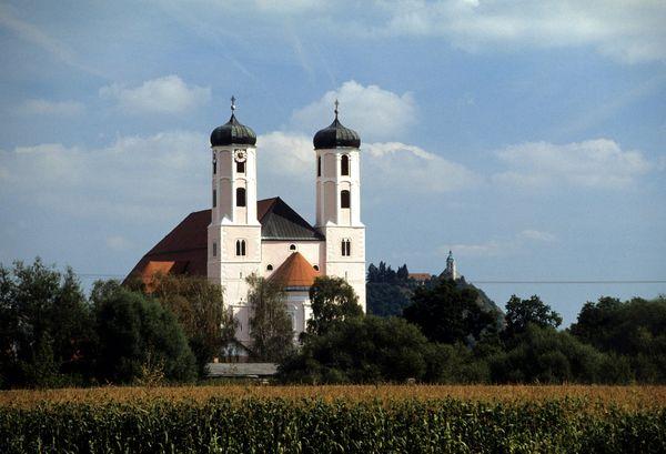 Blick auf das ehemalige Kloster Oberalteich mit dem Bogenberg im Hintergrund