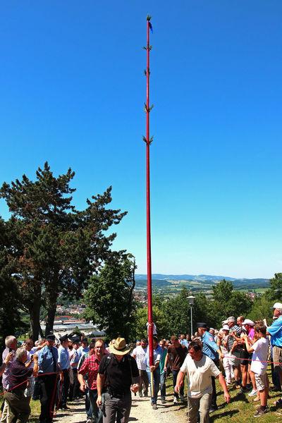 Die 13 Meter lange Pfingstkerze
