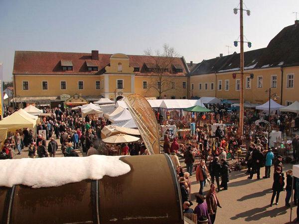 Buntes Treiben beim Klostermarkt im KulturForum Oberalteich bei der Stadt Bogen