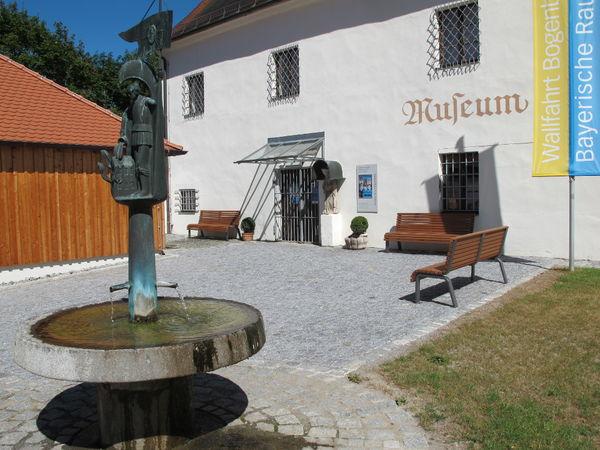 Eingang zum Kreismuseum Bogenberg bei der Stadt Bogen