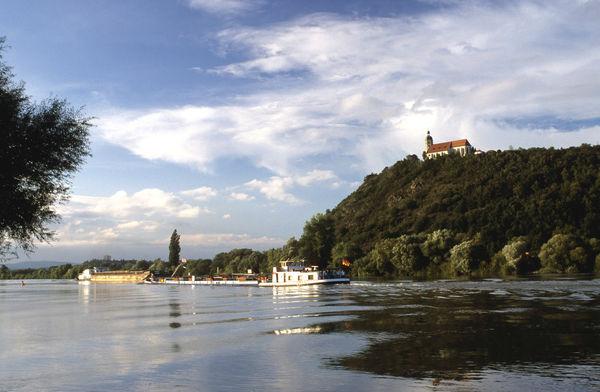 Blick über die Donau zum Bogenberg mit Wallfahrtskirche
