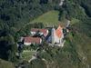 Blick auf die Wallfahrtskirche und das Kreismuseum auf dem Bogenberg