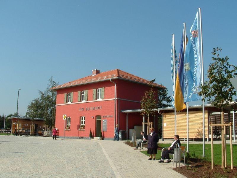 Blick auf den Bahnhof Bogen mit Naturpark-Infostelle
