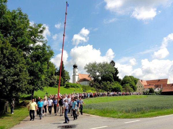 Die Pfingstkerzenwallfahrt führt von Holzkirchen nach Bogen