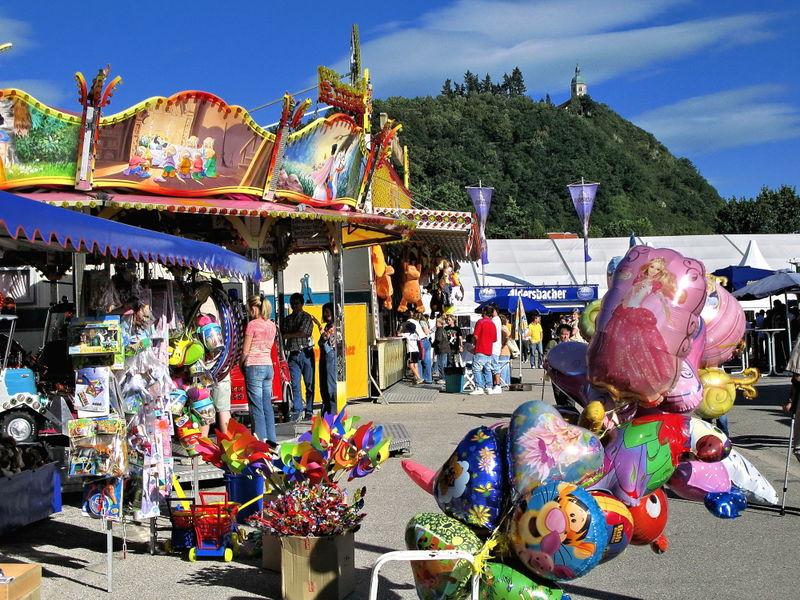 Der Vergnügungspark beim Volksfest Bogen mit Blick auf den Bogenberg