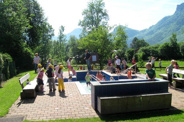 Gut besuchte Kneippanlage während der Eröffnungsfeier des Brannenburger Natur-Erlebnispfads.