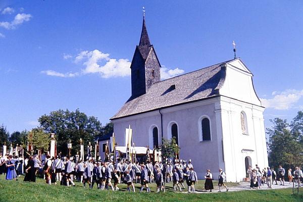 Festlicher Umzug zur Wallfahrtskirche auf der Schwarzlack