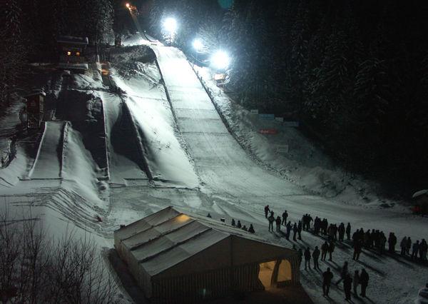 Nachtspringen auf der Skisprungschanze in Rastbüchl bei Breitenberg