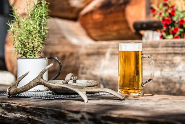 Gut gekühlte Bierspezialitäten genießen Wanderer und Ausflügler in der Kaiseralm in Breitenberg/Bayerischer Wald.