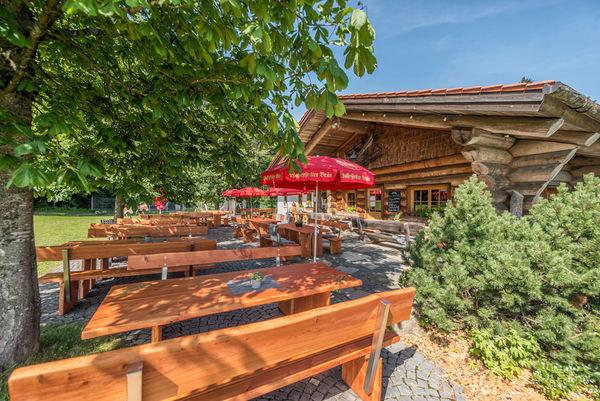 Urige Holzhütte mit Biergarten: die Kaiseralm in Breitenberg/Bayerischer Wald.