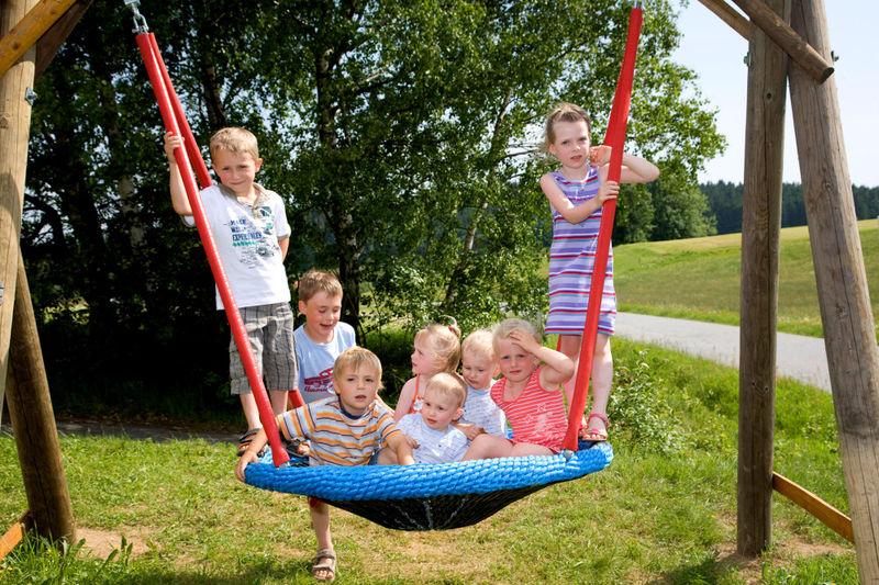 Kinderspaß auf dem Schaukelweg in Breitenberg