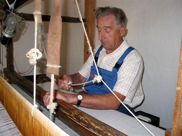 Arbeit am Webstuhl im Webereimuseum Breitenberg