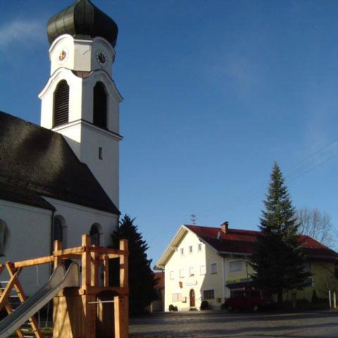 Blick auf die Pfarrkirche ST. LAURENTIUS in Denkhof bei Büchlberg