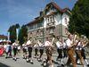 Die Blaskapelle beim Festzug am Rathaus vorbei zum Volksfest in Büchlberg
