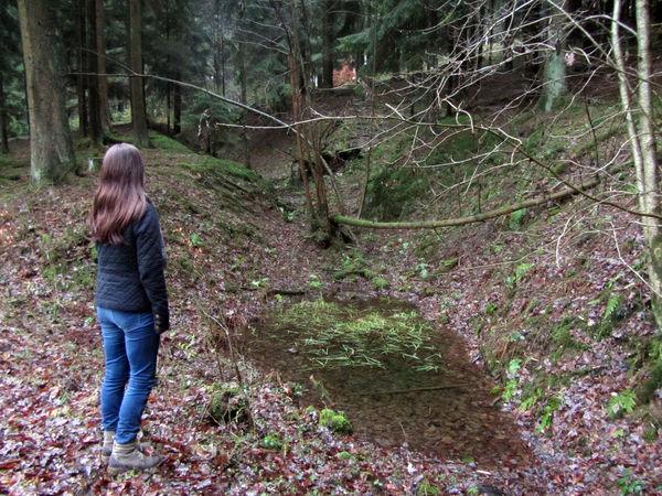 """Eine junge Frau an Hohlwegen unterhalb des """"Goldenen Hutes"""" (Foto: Katrin Stein)"""