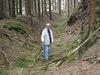 Ortsvorsteher Waldemar Herr in einer tiefen Hohlwegspur im Pfaffenwald (Foto: Gerhard Gläser)