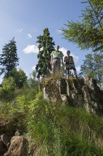 Zwei Wanderer oben auf den Trödelsteinen