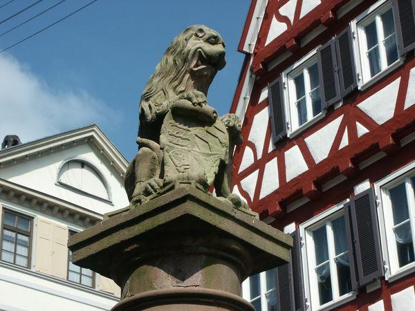 Calwer Löwe vor Fachwerkhaus