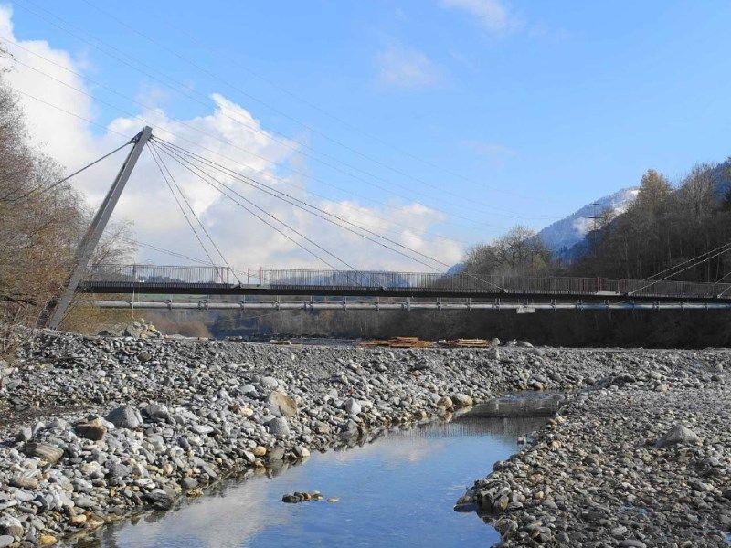 Brücke zwischen Schulen und Castrisch welche über den Rhein führt.