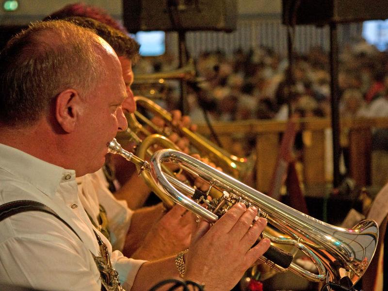 Musikalische Unterhaltung bei zünftiger Blasmusik beim Chamer Volksfest im Naturpark Oberer Bayerischer Wald