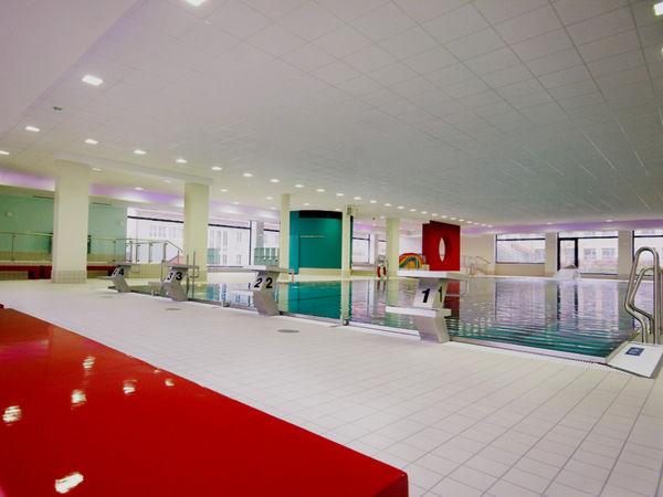 Blick auf das Schwimmbecken im Hallenbad Cham
